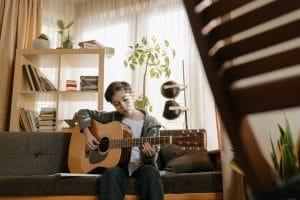 Bild eines Kindes mit der Gitarre in der Hand