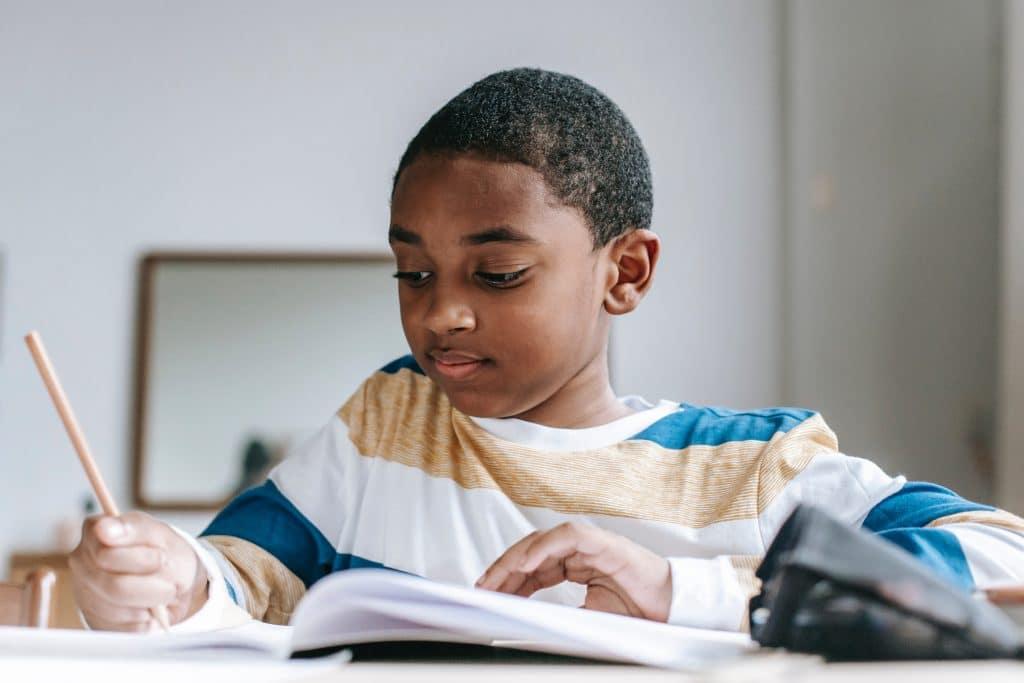 Junge macht Schulaufgaben