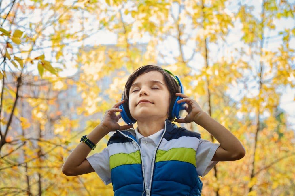 Kind hört Musik mit Kopfhörern