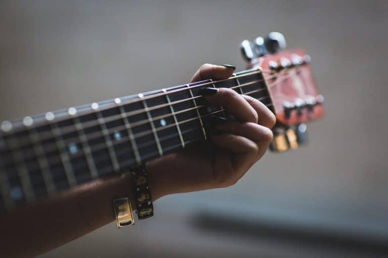 Wie stimme ich meine Gitarre?