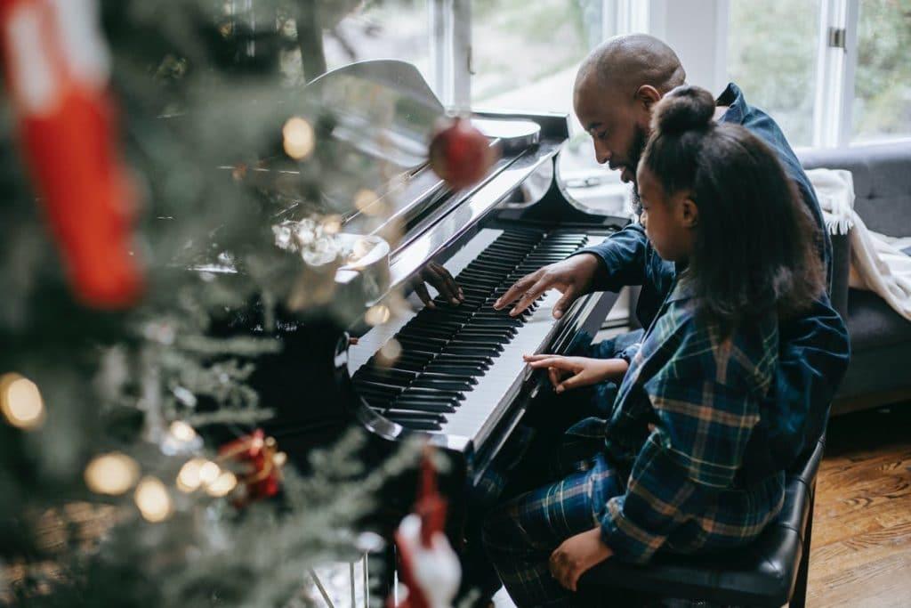 Vater und Tochter spielen Klavier